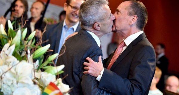 """""""Ehe für alle"""": Erstes homosexuelles Paar in Berlin getraut"""