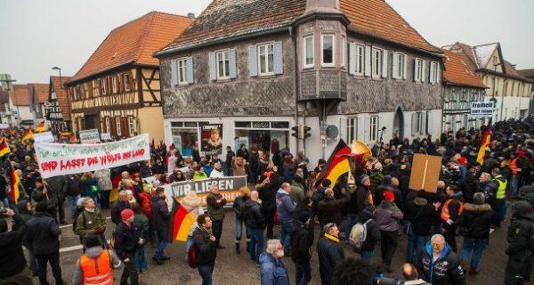 Demonstrationen in Kandel : Wenn zwei Welten aufeinander treffen