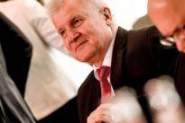 """Vor Auftritt im Innenausschuss: Seehofer hat in Bamf-Affäre """"volle Unterstützung"""" Merkels"""