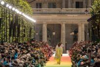 Pariser Modewoche: Wie ein Korsett aus Nadelstreifen