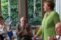 Pflege soll attraktiver werden: Merkel besucht Pflegeheim – und löst ihr Wahlkampfversprechen ein