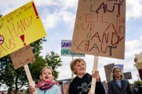 """Kinderdemo gegen Handy-Eltern: """"Flugmodus an, jetzt bin ich dran!"""""""