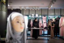 Laden für islamische Mode: Ärmel lang, Beine bedeckt, Stoffe blickdicht