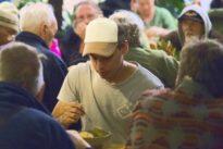 """Initiative """"Everybody eats"""": Obdachlose und Banker an einem Tisch"""
