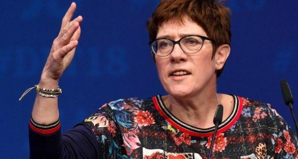 Reaktion auf Erdogan-Besuch: Kramp-Karrenbauer stellt Doppelpass für Türken infrage