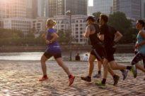 Jünger dank Ausdauersport: Wir empfehlen Laufschuhe statt Laptop