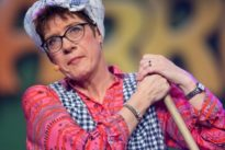 Karneval im Saarland: Kramp-Karrenbauer teilt als Putzfrau aus