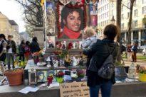 Kurz vor Ausstrahlung: Jackson-Fans demonstrieren in München gegen umstrittene Doku