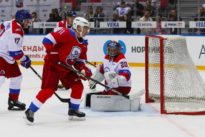 Beim Eishockey: Wladimir Putin gestürzt