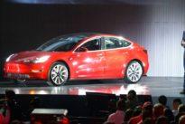 Musk kündigt Einsparungen an: Tesla geht der Treibstoff aus