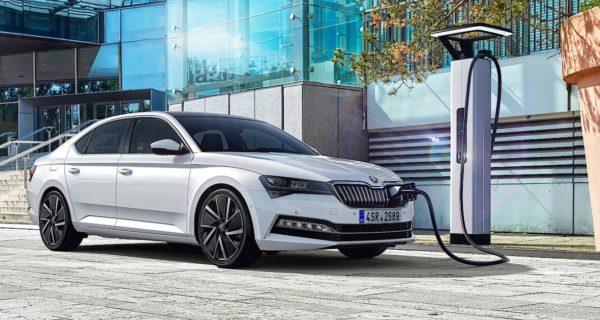 Škoda Superb: Auch Škoda tastet sich an den Strom heran