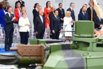 Nationalfeiertag in Paris: Kanzlerin Merkel wohnt Militärparade bei