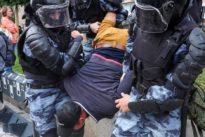 Proteste in Russland: Mit Schlagstöcken gegen einen Fahrradfahrer
