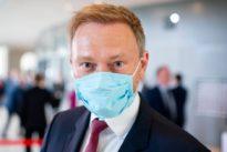 Abstandsregeln verletzt: Christian Lindner entschuldigt sich für Umarmung